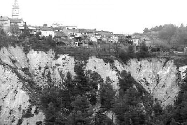 2005.09.06. Levante: Los técnicos deciden construir bancales en  el barranco de Benillup para evitar su avance
